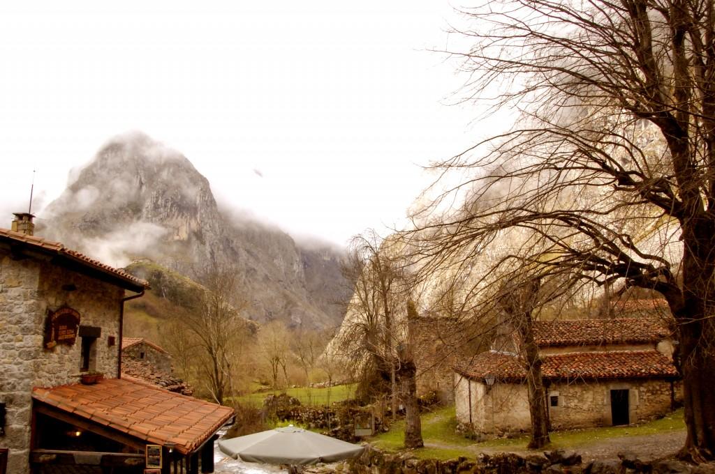 El Murallón de Amuesa visto desde Bulnes, en el Parque Nacional de los Picos de Europa. Se da la circunstancia de que en un mismo entorno natural, el Macizo de Picos de Europa, hay zonas, separadas por un río o una carretera, en las que se puede cazar, por no pertenecer al Parque Nacional.