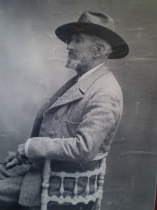 El autor recuerda que los hijos de Covarsí siempre le hablaban de su padre como un verdadero hombre de campo, cazador de pura sangre, que abandonaba todo por el goce de disfrutar de la sierra, goce al que se consagró de por vida con la caza.