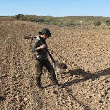 mujer rural caza cazadora