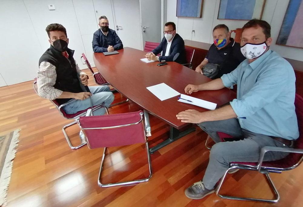 Tal y como anunció la Plataforma de la Caza formada por colectivos del sector cinegético de Tenerife, Gran Canaria y La Gomera el pasado mes de febrero, los cazadores se reunieron el pasado 11 de mayo durante algo más de dos horas con el viceconsejero de Lucha contra el Cambio Climático del Gobierno de Canarias, Miguel Ángel Pérez
